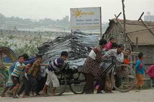 Cheerful Hazaribagh: Children help a leather deliveryman climb a slope.